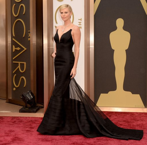 5f89e8994ecb81e9_charlize-theron-oscars-dress-black-sized.jpg.xxxlarge_2x
